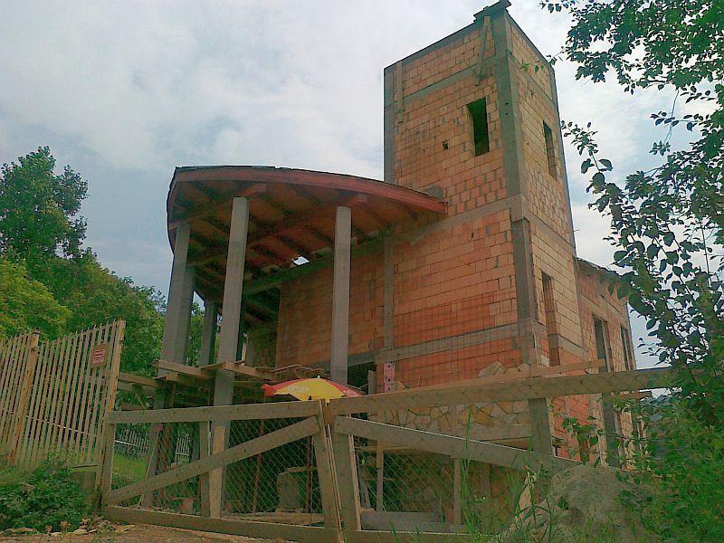 A templom előtere a toronnyal A templom előtere a toronnyal